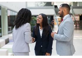 女性多元化商业伙伴握手_5890241
