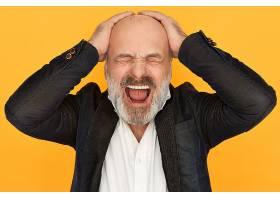 工作室里一位身着正装怒不可遏的老年商人_11102420