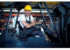 工厂仓库内的专业叉车司机画像_11035541