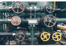 工厂内的钢质管道和钢缆_1175204