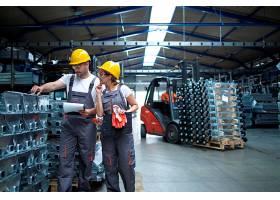 工厂工人在工业仓库检查产品质量_11035560