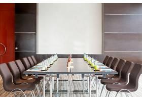 带桌子和白板的空会议室_1196369
