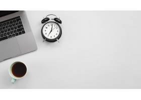 带笔记本电脑和闹钟的办公台式机_4528255