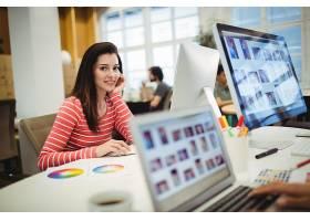 平面设计师在办公桌前工作的肖像_1005951