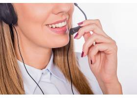 年轻漂亮的呼叫中心助理面带微笑孤立无援_1162617