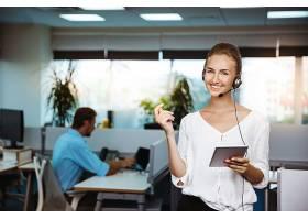 年轻漂亮的女性支持电话接线员讲话咨询_7590527