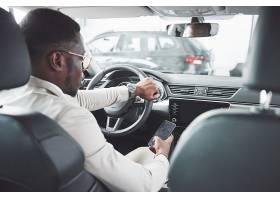年轻的黑人商人试驾新车富有的非洲裔美国_10001488