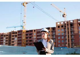 建筑工地上的专业女性建筑写字板_5043874