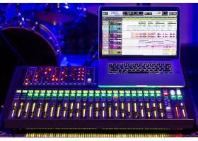 录音棚里的数字调音台有一台电脑用来录制_9046459