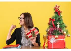 微笑的女商人戴着眼镜骄傲地拿着她的礼_13408358