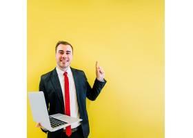 微笑的男人黄色上有解决方案_2099277