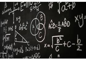 刻有科学公式和计算的黑板_5896958
