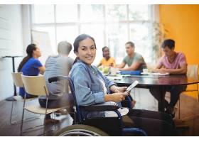 使用数字平板电脑的残疾企业高管_1005932