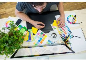 使用绘图板的男性平面设计师_977288