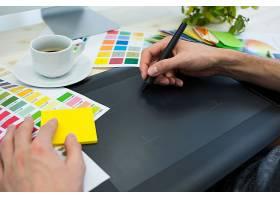 使用绘图板的男性平面设计师之手_977286