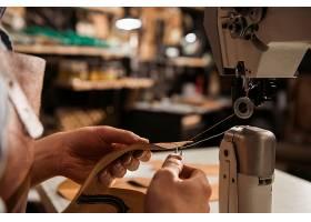 使用縫紉機的鞋匠特寫鏡頭_7573249