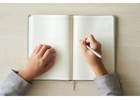 准备填写计划书的面目全非的人的手的俯视图_5698748
