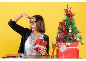 办公室里一位西装革履戴着眼镜拿着礼物_13408070