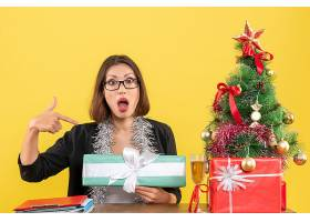 办公室里一位西装革履的女商人戴着眼镜_13405786