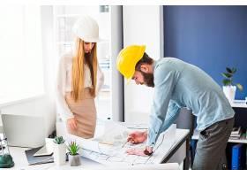 辦公室里從事計劃工作的男女工程師_2586711