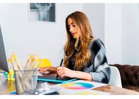 办公桌前的女性平面设计师_1199959
