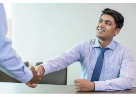印度商人在办公室迎接合作伙伴_3079915