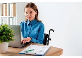 可爱的成年女子在笔记本电脑上工作的肖像_7071591