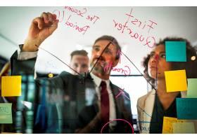 商人在玻璃墙上计划_2895053