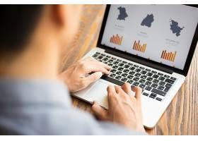 商人在笔记本电脑上看财务报告_1196254