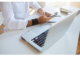 商务人士穿着白色衬衫在办公室使用智能手_10625659