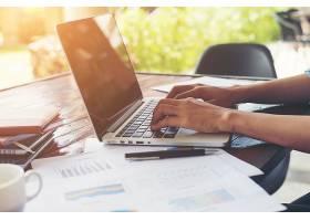 商务女性手在笔记本电脑键盘上打字带着财_1025766