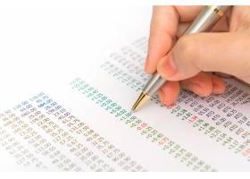 商界女性手持财务图表和笔记本电脑放在标签_1018846