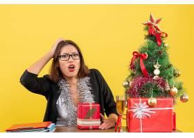 困惑的女商人戴着眼镜拿着她的礼物坐在_13406799