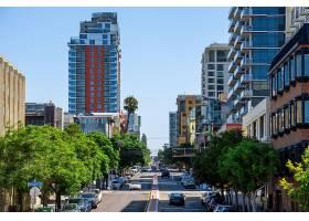 圣地亚哥有多辆停放的汽车的道路_10352369