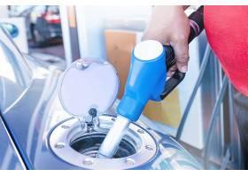 在加油站给汽车加油的特写镜头_12152347