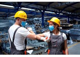 在工厂工作的人因冠状病毒和感染用肘部触摸_11033984