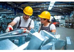 在生产线上工作的工厂工人_11034178