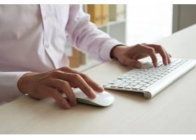 在白色键盘和使用白色鼠标的情况下裁剪匿名_5698754