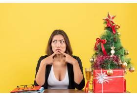 Xsmas心情与年轻严肃的女商人坐在办公室里_13408839