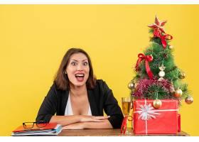 Xsmas心情与年轻快乐的女商人坐在办公室_13408792