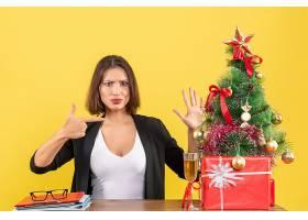 Xsmas心情与年轻的不满足的严肃情绪的女商_13408867