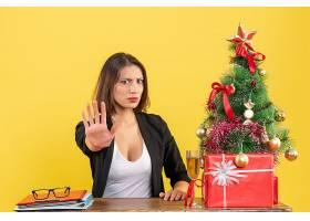 Xsmas心情与年轻的不满足的严肃情绪的女商_13408869