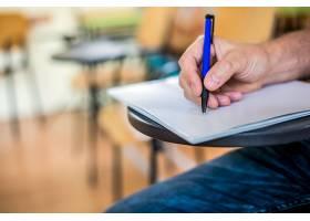 一个男人在一张纸上写字签名用笔聚焦在_1191774