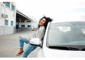 一位年轻的黑人女子一头黑发一边笑着_7511508