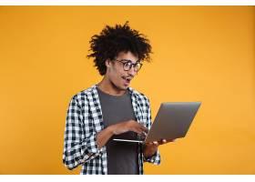 一位戴眼镜的非洲年轻男子兴奋的肖像_7338926