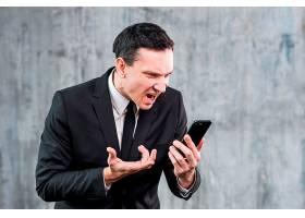 一名成年商人生气并在电话中大喊大叫_4351823