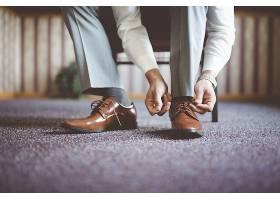 一名男子系鞋帶準備參加商務會議的特寫鏡頭_10303853