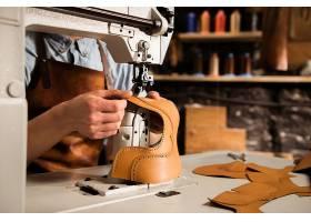 一名男工匠缝制皮革零件的特写镜头_7573550