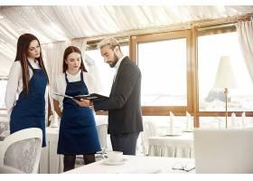 一家餐馆的经理正在给女服务员下达工作指示_6449769
