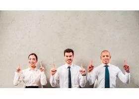 一幅微笑的女商人和商人的肖像手指向上靠_4172201